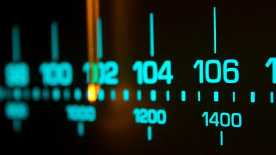 الاستماع إلى المحطة المحلية