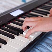 استمتع بمشاهدة البيانو التقليدي مع 61 مفتاحًا قياسيًا